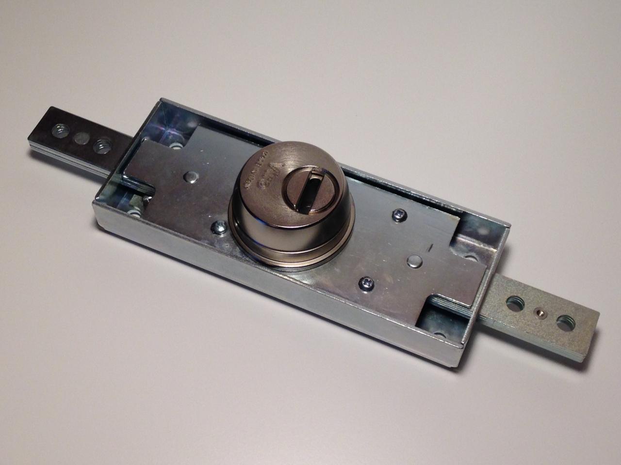 Serrure pour rideaux metalliques viro 8271 for Changer serrure porte garage