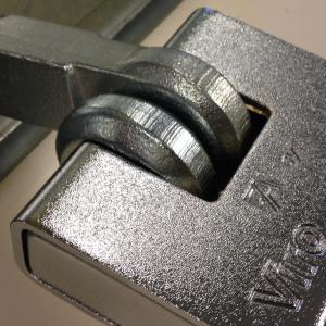 Serrure pour rideaux metalliques et porte de garage viro 695