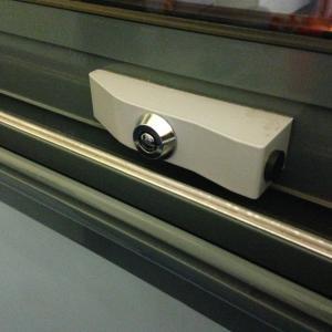 Verrou de securite pour portes coulissantes